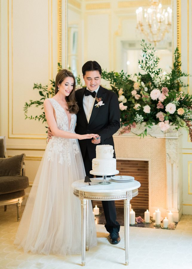 cake-cutting-wedding-photoshoot-paris