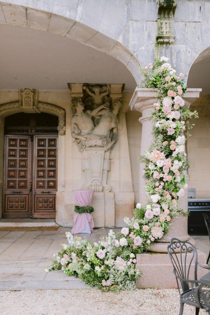 grand-décor-fleuri-mariage-pastel-chateau-bouffémont