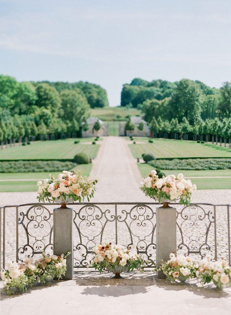 beautiful-ceremony-bakcdro-pillar-arrangement-lily-paloma