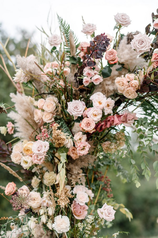 nude_dark_pop_of_gold_wedding_flowers