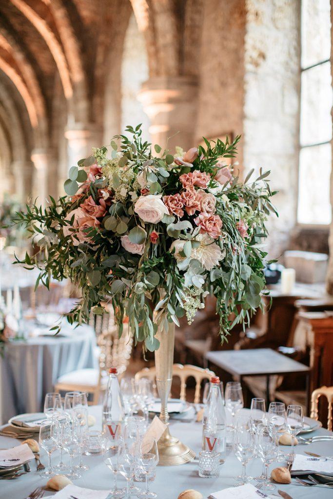 salle_des_moines_abbaye_des_vaux_de_cernay_tall_wedding_centerpiece_florist_france